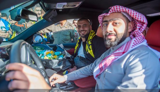 استقبال حافل لـ عماد متعب فور وصوله السعودية