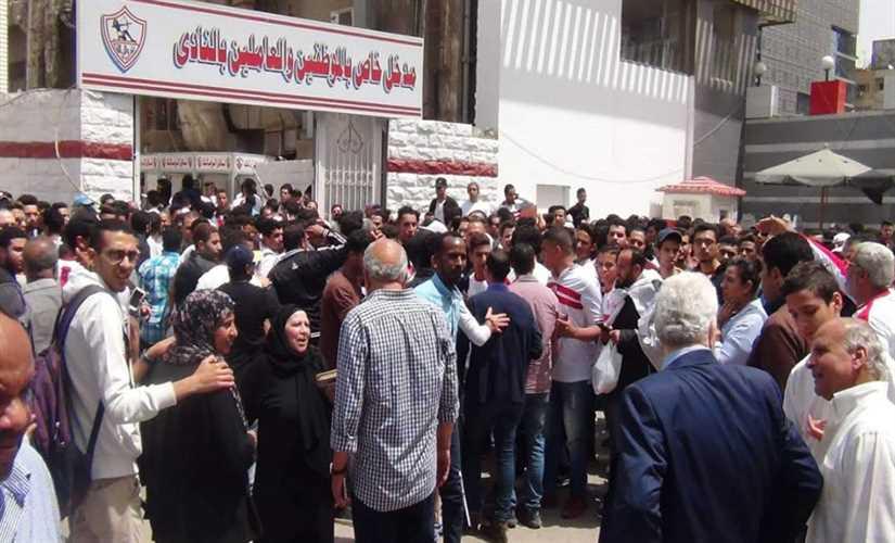 نادي الزمالك يشهد زحامًا شديدًا من جانب الجماهير بعد صلاة الجمعة