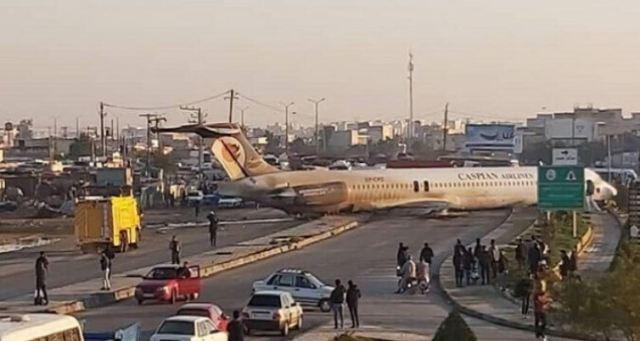 طائرة ركاب إيرانية تقتحم الطريق أثناء هبوطها