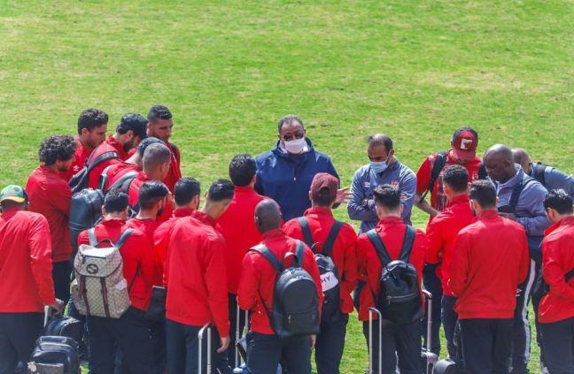 الخطيب يحفز لاعبي الأهلي قبل مباراة الإنتاج