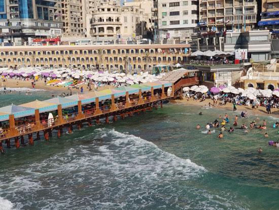 """الإدارة المركزية للسياحة والمصايف بالإسكندرية تمنع السباحة في شاطئ """"ستانلي"""""""